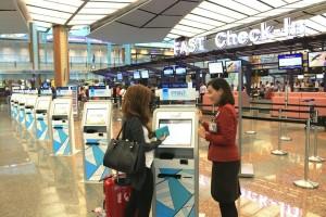 Singapur changi Havalimanı'nda, Singapore Airlines tarafından kullanılan kiosklar.