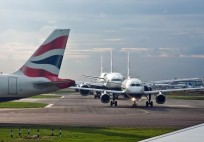 Ucak_taksi_kuyruk_Take_off_queue_London_Heathrow,_10_Sept._2010_PhillipC