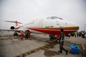 Comac ARJ21-700, yaptığı ilk resmî yolcu seferinin ardından Şanghay Havalimanı'nda görülüyor (28 Haziran 2016)