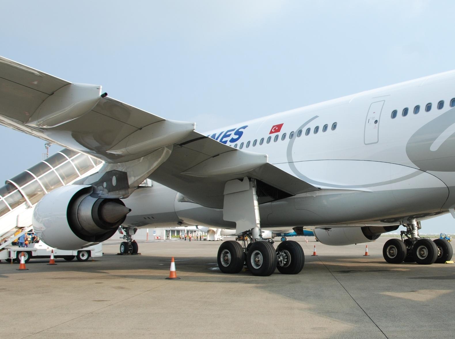 THY_Turkish-Airlines_Airbus-A330_TC-JNA_Maldives_Dec-2012_crop