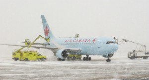 Air_Canada_deicing_montreal