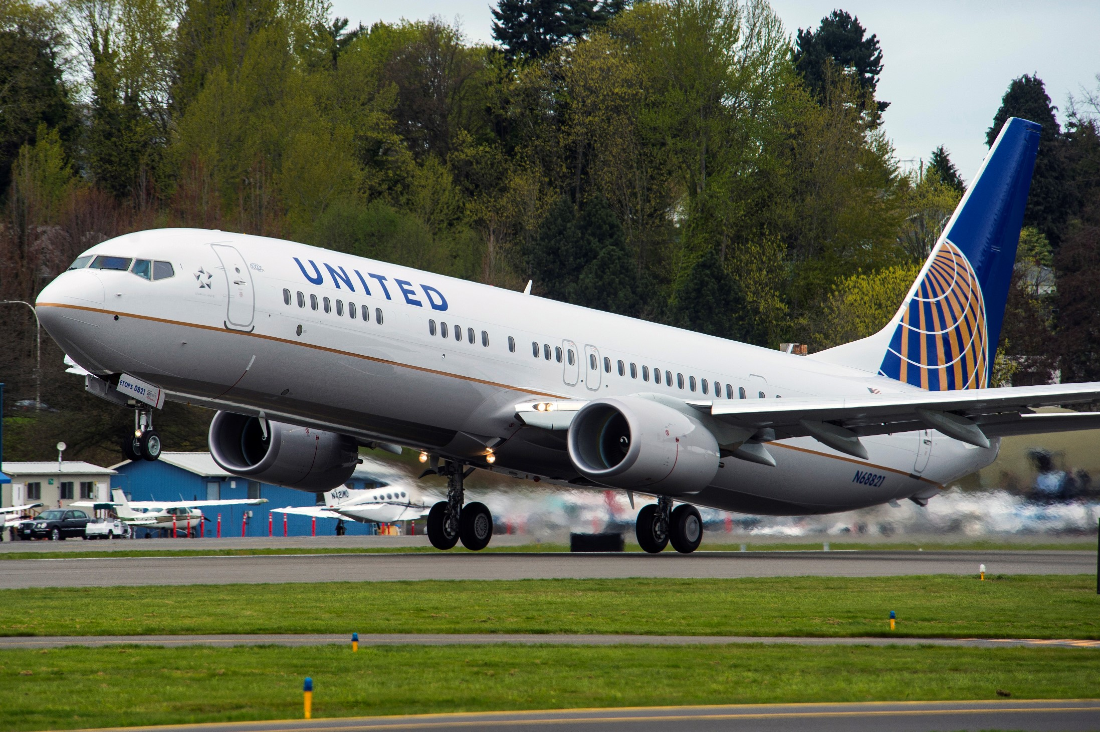 Boeing 737_8000_United_April 2014