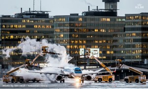 KLM_deicing_aircraft_airport_Boeing 737_winter